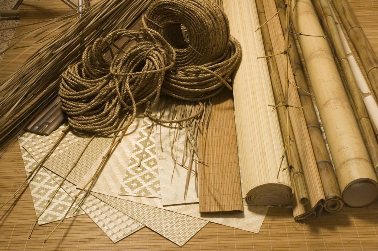 Поклейка обоев из бамбука