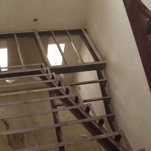 Металлическая лестница на второй этаж своими руками