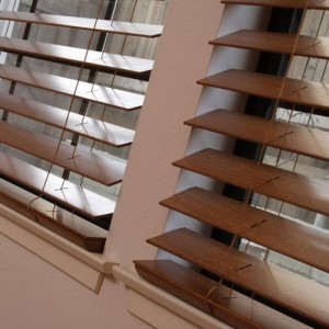 деревянные жалюзи на балкон