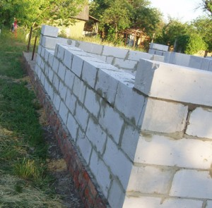 несущая стена из бетонных блоков