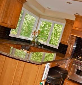 интерьер угловой кухни с двумя окнами